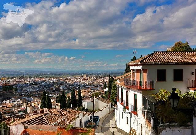 格拉纳达(Granada),西班牙格拉纳达省的首府,西班牙语意为石榴,所以被称之为石榴之城。西班牙国徽底部的小石榴,就是格拉纳达的徽纹。作为摩尔帝国在西班牙最后一个邦国,格拉纳达曾被摩尔人统治了将近800年。 公元711年,正值中国即将开启封建王朝的顶峰时代开元盛世,但远在欧洲的伊比利亚半岛则进入两大宗教王国对抗的战乱年代:信奉伊斯兰教的北非摩尔人从直布罗陀海峡攻入西班牙,从此穆斯林开始了对西班牙长达七百多年的统治。