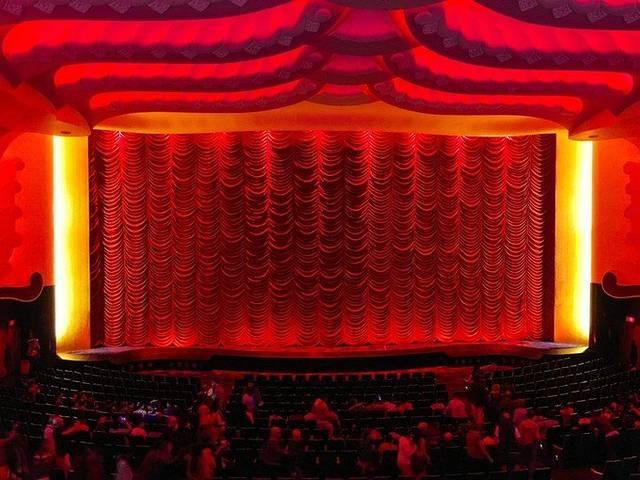 电影院只有一个放映厅,一天只播放四次,一部电影差不多3个小时左右.