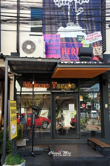 各种小店,咖啡馆聚集在这里,每家的招牌明艳又醒目,还有各种卡通玩偶