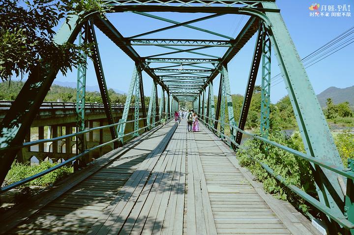 体为钢结构用木板铺设造型刚劲硬朗桥上有一部三轮摩托车和一部黄包车
