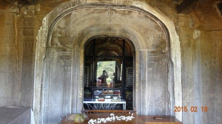 """这次阿努拉德普勒之行的第一站来到的就是以摩崖石刻闻名的伊苏鲁姆尼亚石庙(Isurumuniya rock temple),一些旅行攻略和杂志上也将其翻译为""""伊苏鲁姆尼亚旧神庙""""(old shrine room)。 伊苏鲁姆尼亚石庙的门票是不包含在阿努拉德普勒圣城遗址的通票范围内的,需要额外花费200卢比 / 人购买门票。 现存的伊苏鲁姆尼亚石庙其实是历史上大名鼎鼎的伊苏如摩尼亚精舍(Isurumuni Rajamaha Viharaya)的一部分,因为是石质建筑,因此被成为石庙(R"""