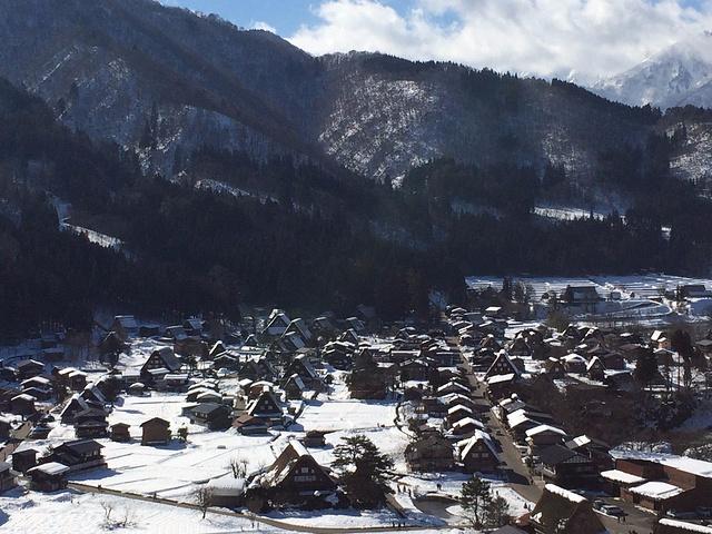 合掌屋在白川乡,这里四面环山,风景优美,特别是冬天雪后.
