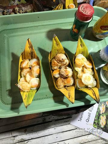 鹌鹑蛋,在像章鱼小丸子一样的煎盘上翻滚,出锅后放在粽子叶的小船里