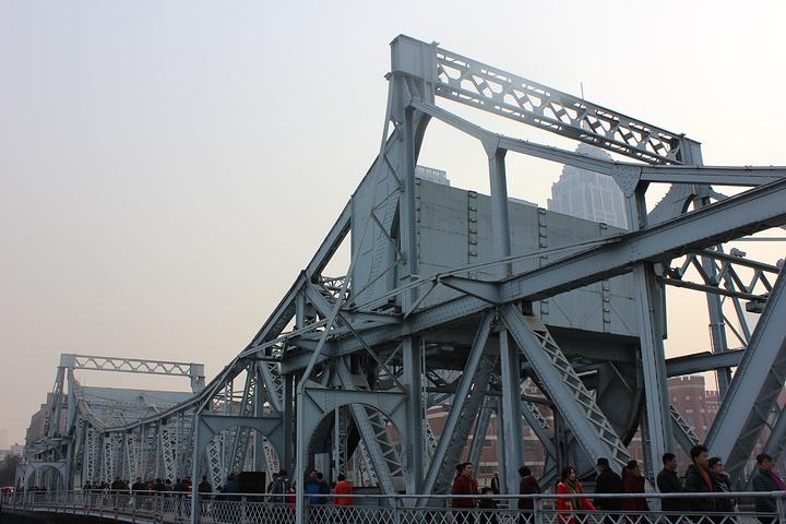 充满线条感的全钢结构大桥
