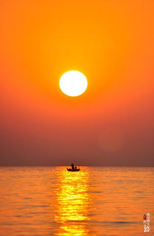 夕阳把整片天空和海面染成金黄,这也是另一种水天一色.