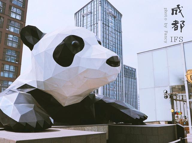 成都国际金融中心,其实是一个购物中心,有很多的高端品牌,人比春熙路