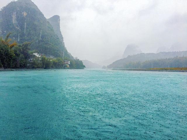 赶紧跑到小桥洞避雨,伞基本已经没用了我的衣服,包,鞋,头发,全都淋湿图片
