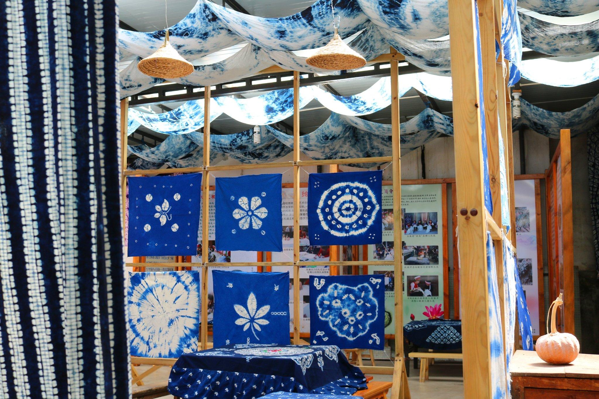 用扎染布制作的工艺品既充满浓浓的民族风味,也很具现代韵味.