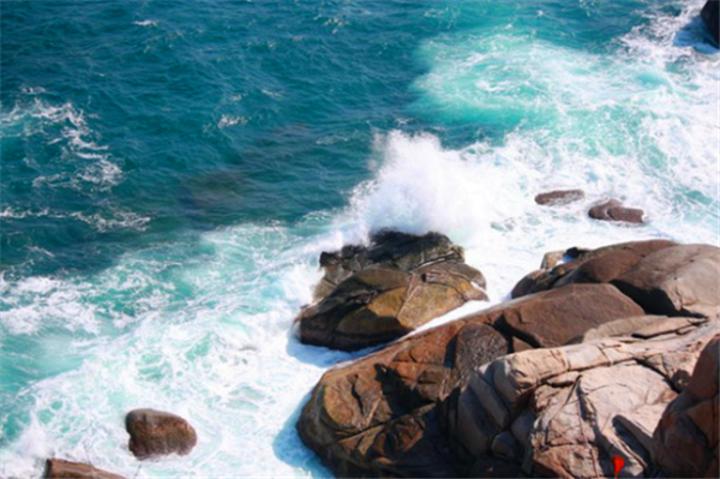 那波涛汹涌的海浪拍打着光滑的岩石溅起高高的浪花美丽极了.