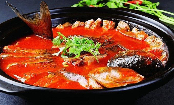 其鱼多选用当地出产的稻花鲤或鲶鱼,酸汤最佳制法是以米汤自然发酵为
