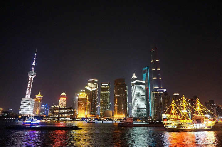外灘位于上海市中心的黃浦江畔,是上海一道亮麗的風景線,全長約1.