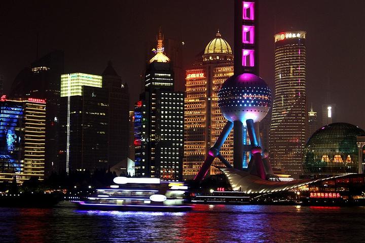 外滩位于上海市中心的黄浦江畔,是上海一道亮丽的风景线,全长约1.