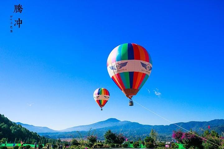 色彩鮮艷的熱氣球升起,使原本就很美的景色平添了幾分艷麗