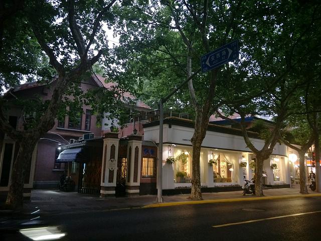 愚园路1315弄(瑞兴坊)4号,上海市文物管理委员会市级纪念地。1912年建造,占地面积1667平方米,建筑面积3800平方米,为东西向英国式花园洋房,双开间三层砖木结构,室外有扶梯可直上二楼居室。底楼沿弄堂有汽车库,房前有小花园。底楼前半部分为会客室和餐厅,后半部分是厨房等辅助用房,中有一间小工房,内置一台车床和一些工具。  上层左侧是中国人民的忠实朋友、新西兰共产党员、著名作家路易艾黎的卧室,中间为会客室和工作室,屋内煤气、卫生、自来水、热水汀一应齐全。东面庭园沿袭了英式的自然田园景观,加以简洁的