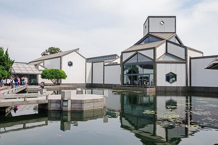 苏州博物馆设计者为著名的建筑设计大师贝聿铭,建筑和相伴的忠王府古