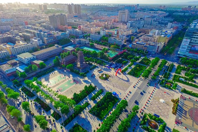 搭乘飞机到 张掖 甘州机场,相比于 张掖 站, 张掖 高铁西站反而离市区
