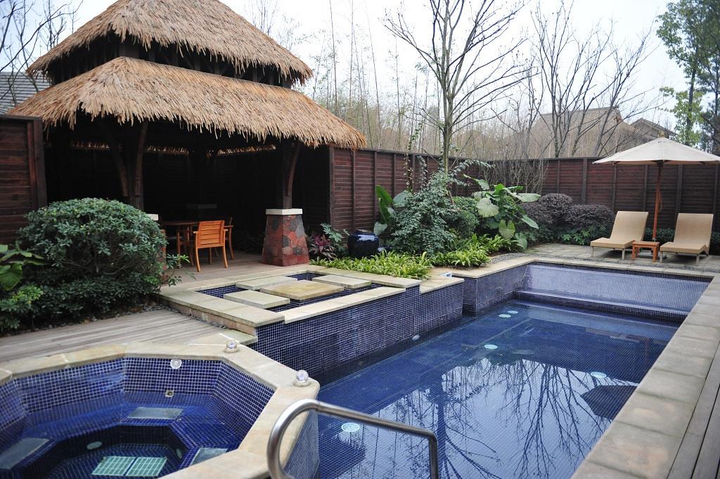在独立的院子里,拥有私人泳池和温泉池
