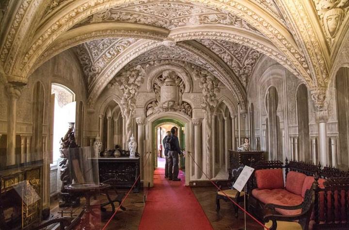 """从14世纪起,辛特拉就成为葡萄牙皇室的夏宫所在地.佩纳宫被称为""""欧洲最美丽的城堡宫殿""""之一.第一眼看见,就想到一个字""""混搭"""".看来昔日的君主,今日的土豪都是一个愿望:把天下的美色财色囊括我也.佩纳宫就是一个建筑的杂烩:哥特式,文艺复兴式,摩尔式,曼努埃尔式各个风格一并,从不同角度就有色彩样式的大不同-------"""