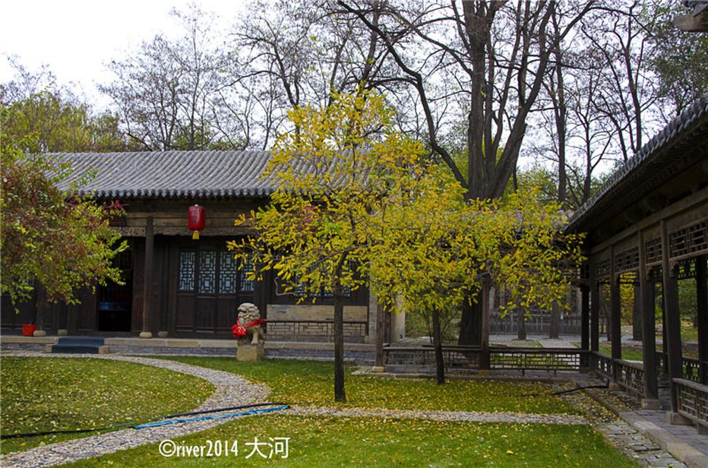花园内种满了各种各样的花草树木,一年四季均可赏景.