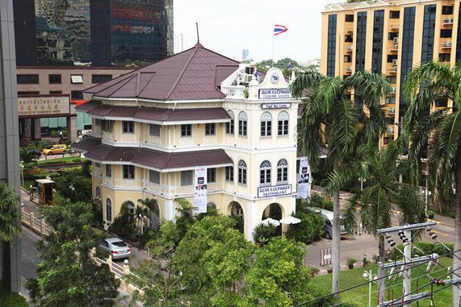 时期的典型欧式建筑,但室内陈设又充满泰国风情