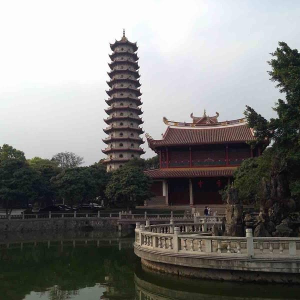 感觉不错,里面有很多佛像,水上观音,最大的亮点就是报恩塔跟那个榕树