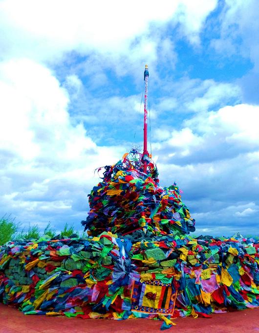 慈积金刚塔坐落于呼伦贝尔市海拉尔区敖包山山顶,建筑海拔744.7米,是由塔基、塔身、相轮、刹顶组成,有九层,塔高88.888米,塔基由汉白玉大理石砌筑三级多边形莲花座台阶,塔基9999米,塔身高51米,32.832.8米,为钢筋混凝土结构。相轮29米高,为钢结构,外喷金黄色氟碳漆。顶端为刹顶,由日、月和宝瓶构成。项目占地1512平方米,总建筑面积5928平方米。