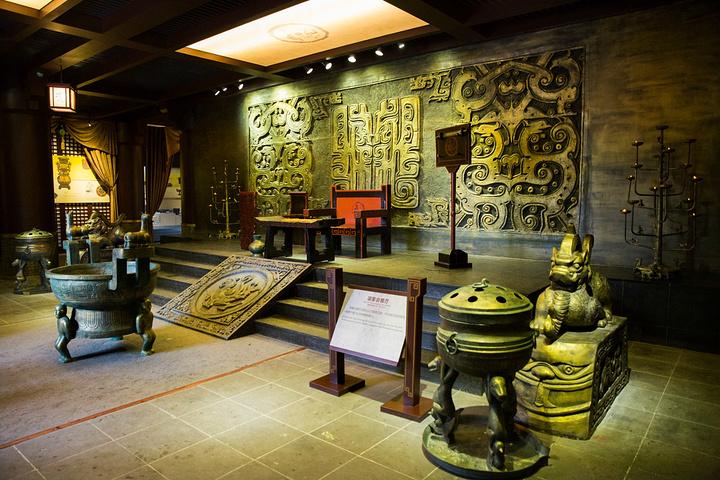 正面为石雕纪念室,室内有虞姬像,室外有系马亭,亭内有华工乌骓马设计院故居图片