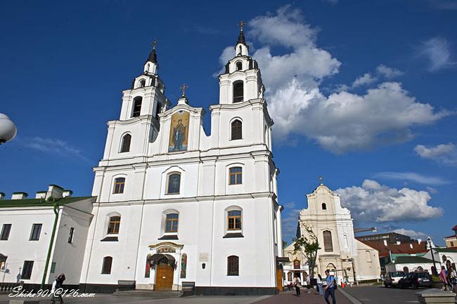 涅斯维日的拉济维乌家族城堡建筑群(2005年入选世界文化遗产名录) 涅斯维日的拉济维乌家族城堡建筑群位于白俄罗斯中部,距首都明斯克城以西112公里,是中欧16-17世纪建筑类型发展阶段的代表。 涅斯威日是一个小镇,小镇上有广场、教堂、市政厅等老建筑,城堡原是属于拉济维乌家族的,现在属于国家所有。 拉济维乌家族在16世纪时兴建并拥有此一综合性建筑群,直至1939年止。由于该家族的影响,涅斯维日在科学、艺术、工艺与建筑上都发挥极大的影响力。拉济维乌家族城堡建筑群包括城堡、基督圣体陵墓和教堂,以及其周边建筑。