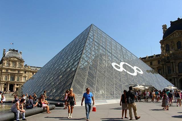 玻璃金字塔的造型很有新意,是华人设计师贝律铭设计的,这可是华人的