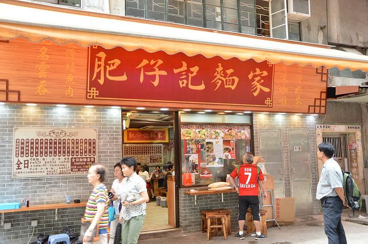铜锣湾位于香港岛的中心北岸之西,是香港的主要中心区域之一。过来的话可以地铁铜锣湾站直达,地铁里面有很多标识牌指明各个出口的方向和周边,非常方便。购物,这里有时代广场,希慎广场,利园,崇光百货等大批量的商场,涵盖了激活所有的奢侈品品牌,有Hermes,Rolex,Tiffany, LV, Gucci等等,专卖店的数量有些还不止一家,便于游客挑选一些可能断货的款式,光逛商场细细逛起来一天都不够,一般来说都是有目的的去对应的门店选择事先想好的品牌款式了。希慎广场这里还有一家苹果专卖店,不过热门系列估计都直接去是