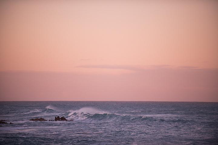 还有粉红色的天空和层层卷浪
