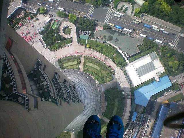 右有段透明的玻璃走廊,很刺激的,从那可以俯瞰差不多整个上海,可以图片
