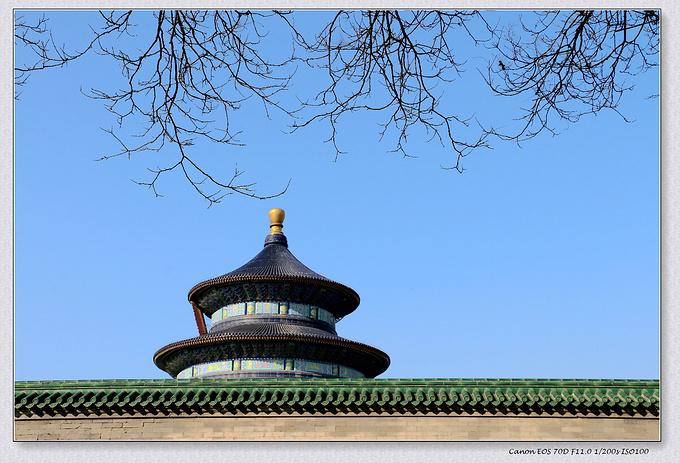 天坛以建筑布局严谨,建筑结构奇特,建筑装饰瑰丽著称于世,是我国现存