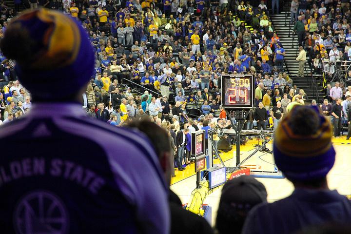 NBA赛场和CBA还不同的地方是球馆可以带吃的喝的看球,并且球赛期