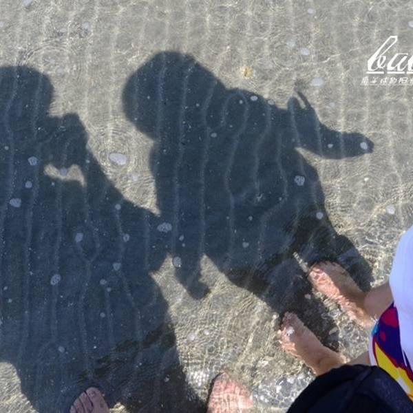 库塔海滩(Kuta Beach)号称巴厘岛上最美丽的海岸,这里的海滩平坦、沙粒洁白、细腻,是个玩冲浪、滑板的乐园。受地形及洋流的影响, 海浪较大(时有三层浪), 虽不适合游泳,却是绝佳的冲浪地点。几条主要干道白天都是大塞车, 如果想逛街, 走路会是比较好的选择 交通信息:离登巴萨约10公里, 离国际机场约15分钟车程在海滩上,游泳与不游泳的人一样多,加上卖T恤、纪念品、按摩、编头发、做Tatoo的小贩到处都是,气氛非常热闹。如果对于冲浪感兴趣,也可以单独请海滩边的教练辅导,一个人大约是100人民币(当然还