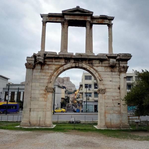 据说这拱门是用来庆祝罗马皇帝哈德良到访的