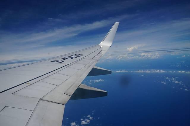 桃园机场因为有HELLO KITTY航班变成一片粉红的可爱海洋,KITTY迷到台湾绝对要选择在桃园机场搭飞机,顺便来膜拜一下!【简介】HelloKitty彩绘飞机是台湾本土航空公司长荣航空推出的涂装以Hello Kitty等卡通明星图案的彩绘飞机。为了配合HELLO KITTY航班,桃园机场特意在机场各区域布置了专属于KITTY的配套设施:KITTY的自助登机室,KITTY的人工柜台,KITTY的候机室,KITTY商品专卖店等等,用KITTY和粉色将机场装点得萌萌哒。【环境评价】KITTY除了粉色,还有