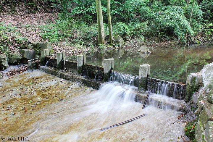 涉水而过_忽左忽右,其中6处溪流漫过山径,上置石步,游人可涉水溪中,也可自.
