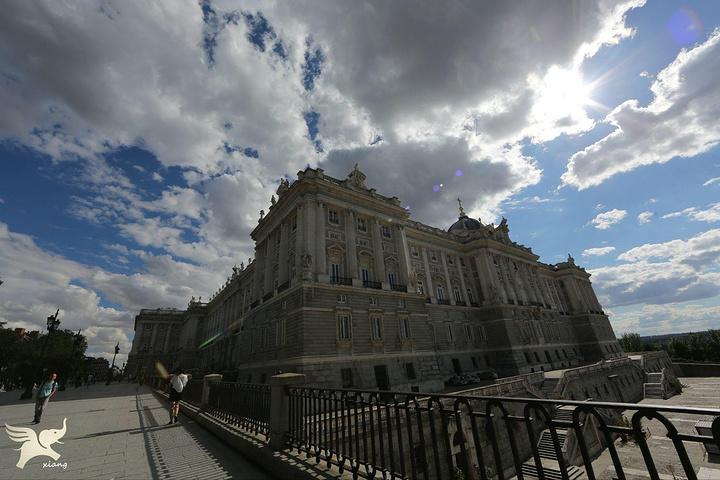 皇宫外观呈正方形结构,富丽堂皇,宫内藏有无数的金银器皿和绘画,瓷器