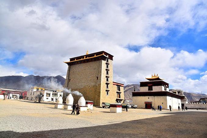 住在青旅,你可以每天游玩回来,坐在前台的沙发上和来自四面八方的驴友们侃大山,交流在西藏的感想,而最大的好处就是可以拼车,因为西藏的地域太大,很多景点路途遥远也没有公共交通,所以包车拼车是非常必要和划算的。今天约了10个小伙伴拼车去珠峰,途中可以参观羊卓雍错和卡若拉冰川,而这些小伙伴们后来也都彼此成了挺好的朋友,这也许就是旅行魅力吧,每次旅行,打动你的不仅仅是大美的风景,还有我们在旅途上遇到的人,喜欢或是不喜欢,认同或是不认同,都是他们各不相同的人性闪烁,他们就是一个个 和你一样的平凡的人,在那个与你轨迹交