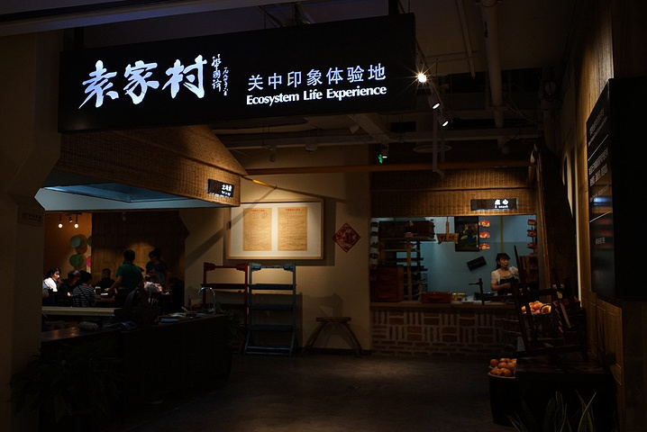 特色十足的手工作坊里,有现做现磨香油的,有传统手工艺制作卢记豆腐的