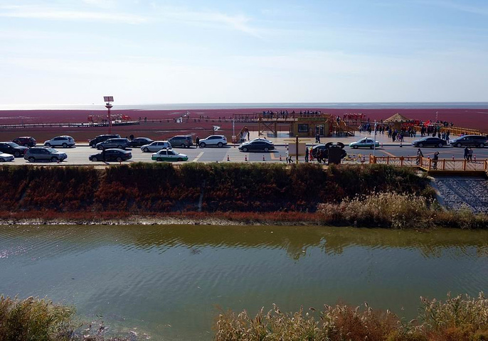 红海滩国家风景廊道是盘锦红海滩面积最大的的一个景区,景区沿着一条