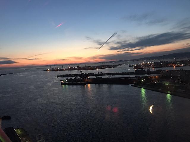 天保山摩天轮是著名的情人约会场所,既可以从高空中俯瞰大海、远山及整个大阪市,还可以从跨海的明石海峡大桥起一直看到神户的六甲山。夜晚彩灯点缀下的大摩天轮充满了浪漫情调,大摩天轮还能形成直径100米的美丽彩灯图案。摩天轮有底部全透明的包厢可以乘坐,如果不恐高推荐尝试。如果要做透明包厢要等很久很久.