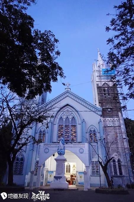 因为它整个建筑主体都是浅蓝色,淡雅而圣洁,晴空下,教堂与蓝天融为一