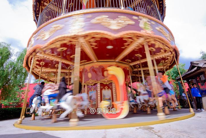 丽江乐园就是景区里面的高原游乐公园,里面有自由落体,惊险刺激的大摆