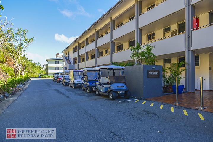 我们入住的公寓,就在沙滩的最东头,一幢三层楼的公寓,两卧室套房