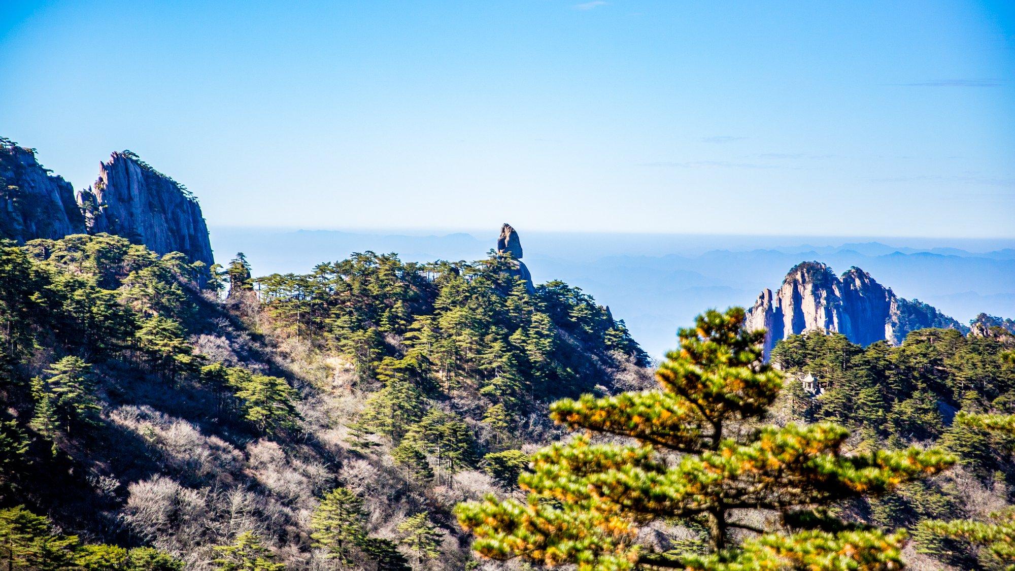 远处就是仙桃石,它位于黄山玉屏景区,从棋石峰西麓眺望.见它上尖下圆.