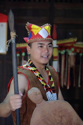 在弹奏砂拉越少数民族(orangulu)的女生传统沙浩是乐器雨图片