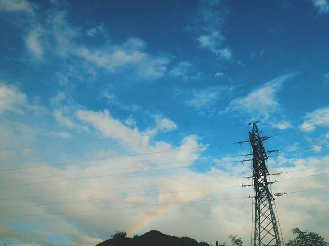 天空出现那一道彩虹_而清晰的一道彩虹横在山间,不禁感叹自然赋予的美丽,总是在不经意间