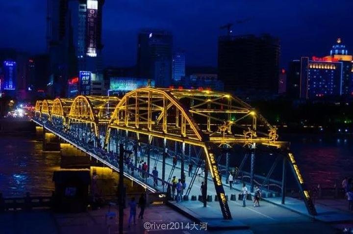 """兰州的标志性建筑,有""""天下黄河第一桥""""之称,是坐落在兰州城关区白塔山"""